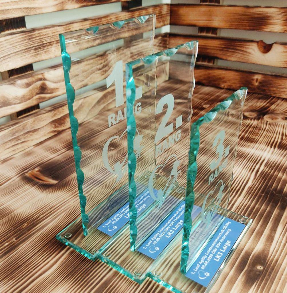 Glaspokal beschriftet