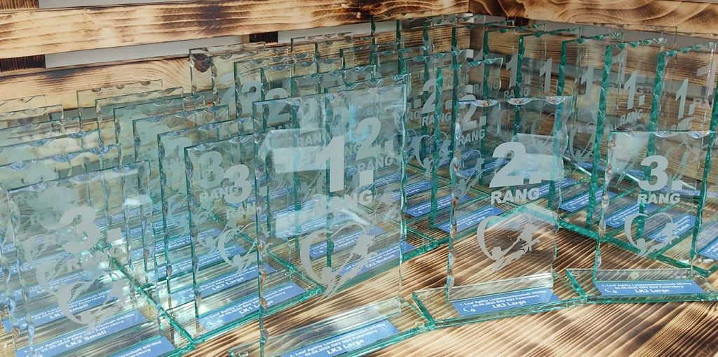 Glaspokale beschriftet Landesmeisterschaft
